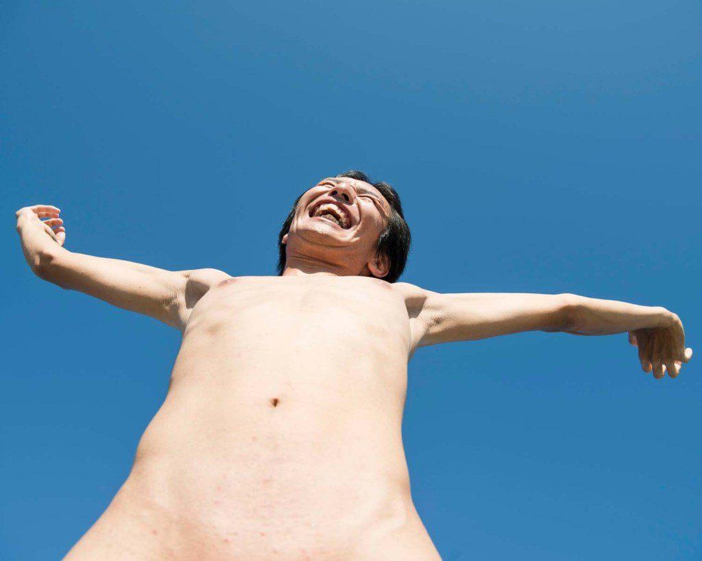 青空にパイパンで伸びをする男性